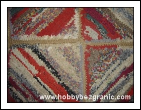 Kwadratowy dywanik zrobiony ręcznie z resztek